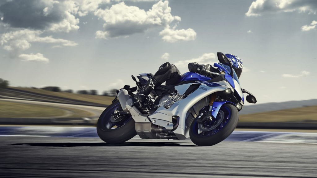 2015-Yamaha-YZF-R1 Action-003